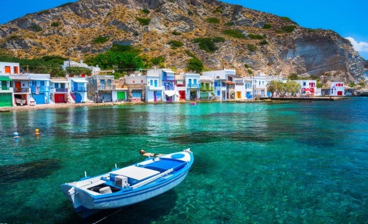 Vistas al puerto de Milos, en las islas griegas