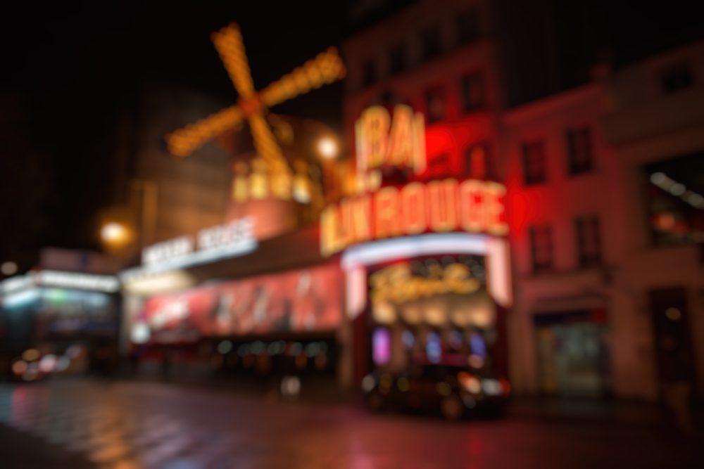 Moulin Rouge con el molino rojo en fachada