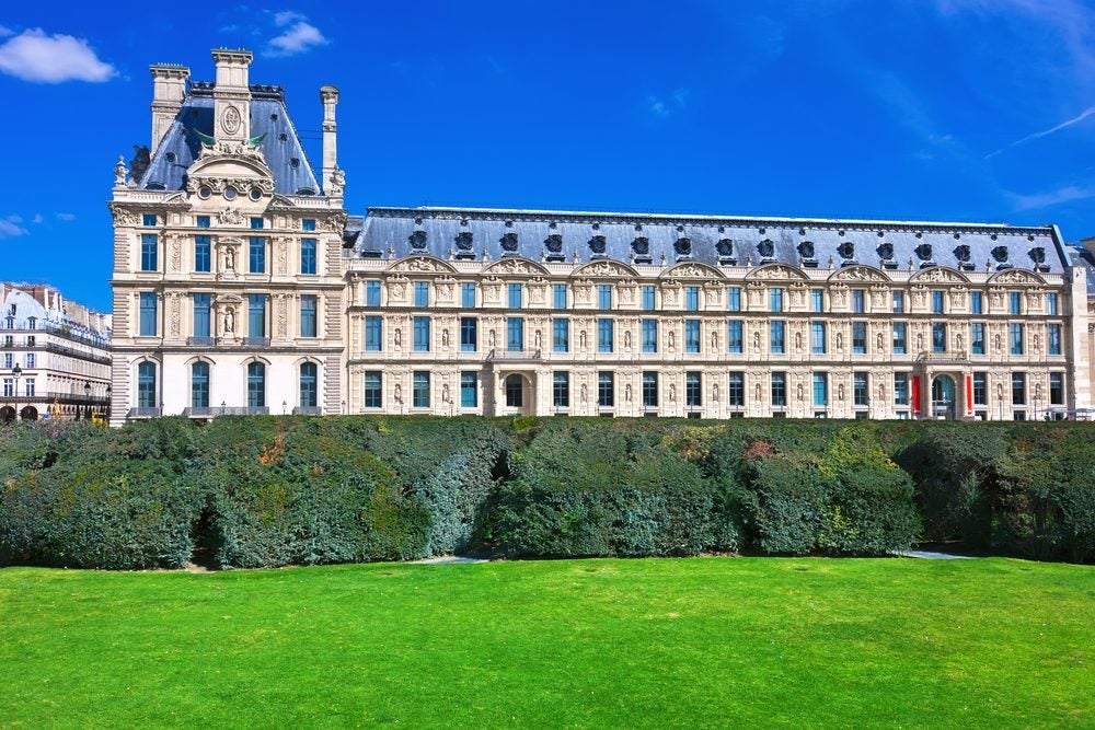 Fachada del Museo del Louvre en París