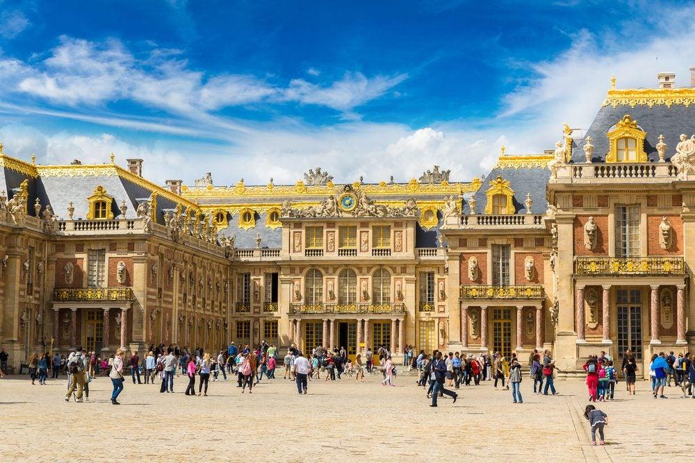 Entrada principal del Palacio de Versalles, a las afueras de París