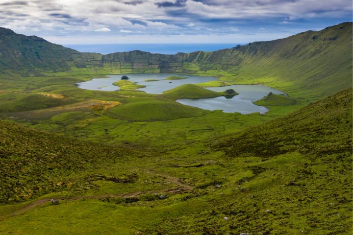 Cráter de Caldeirao con lagunas en la Isla Corvo, Azores