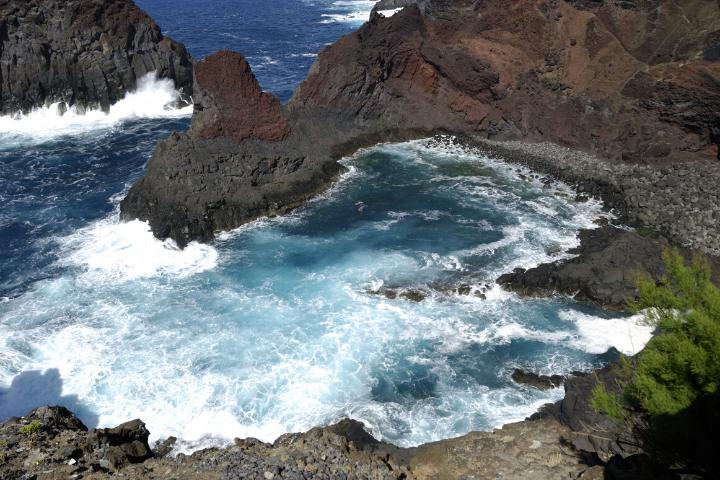 Mar embravecido en la costa rocosa de Isla Graciosa, Azores