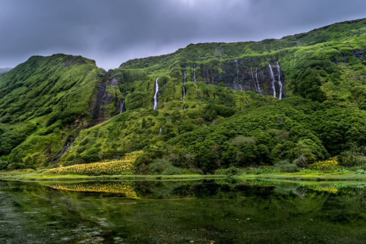 Cascadas desembocando en laguna en la Isla Flores, Azores