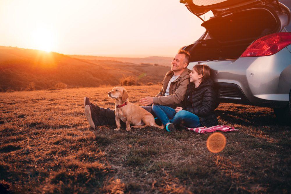 padre e hija con mascota
