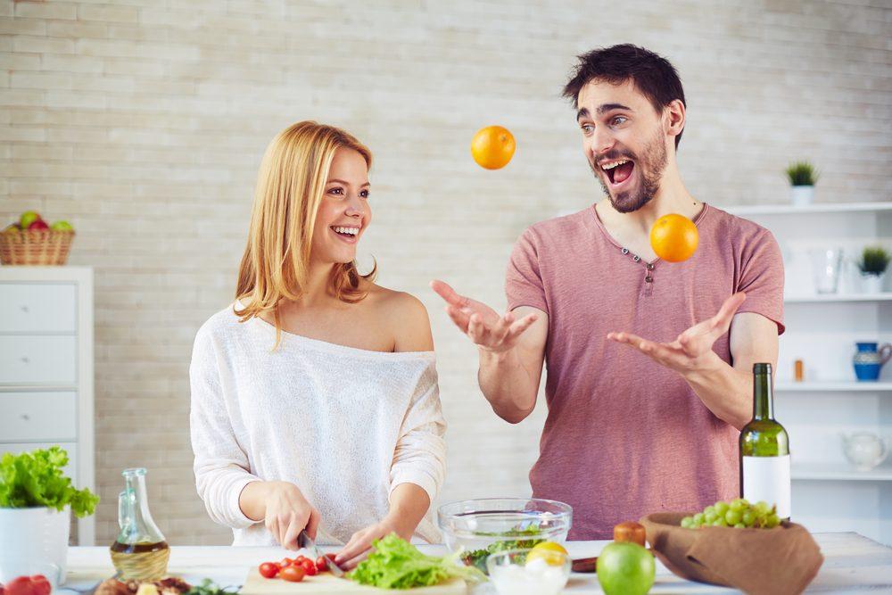 pareja en la cocina
