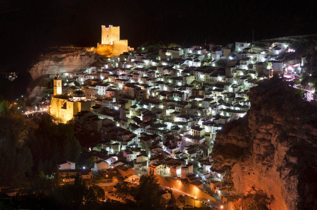 Vista nocturna de Alcalá del Júcar en Castilla-La Mancha