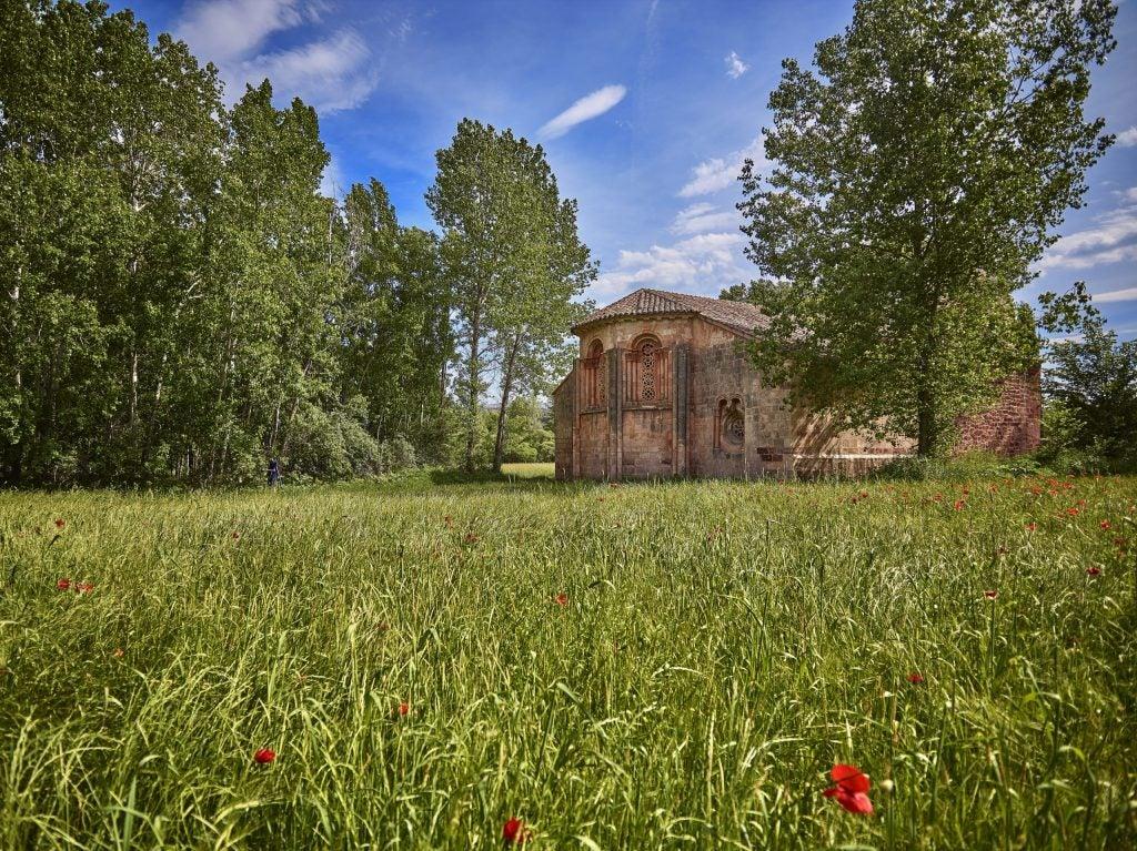 Iglesia románica en la población de Albendiego, Castilla La-Mancha