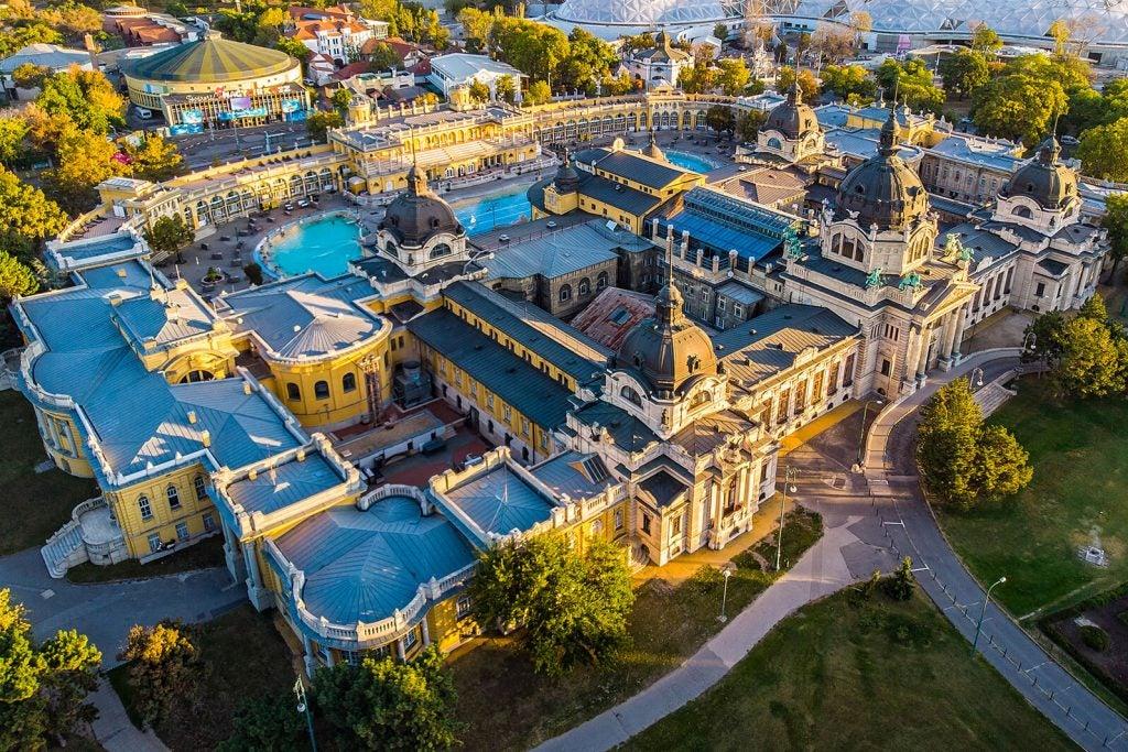 Vista aérea de los baños termales de Széchenyi en Budapest