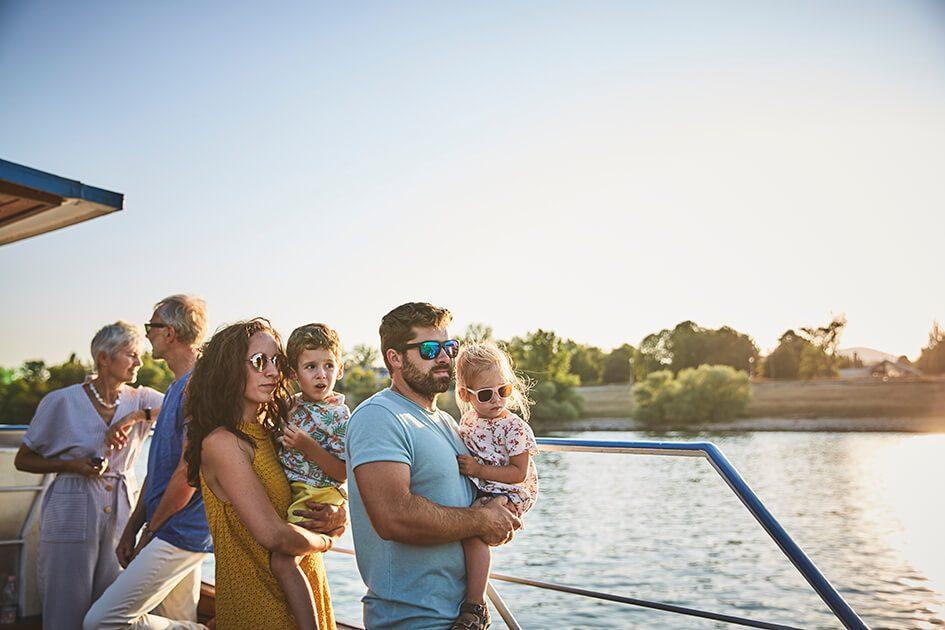 Familia con padre, madre y bebés a orillas del Danubio en Budapest