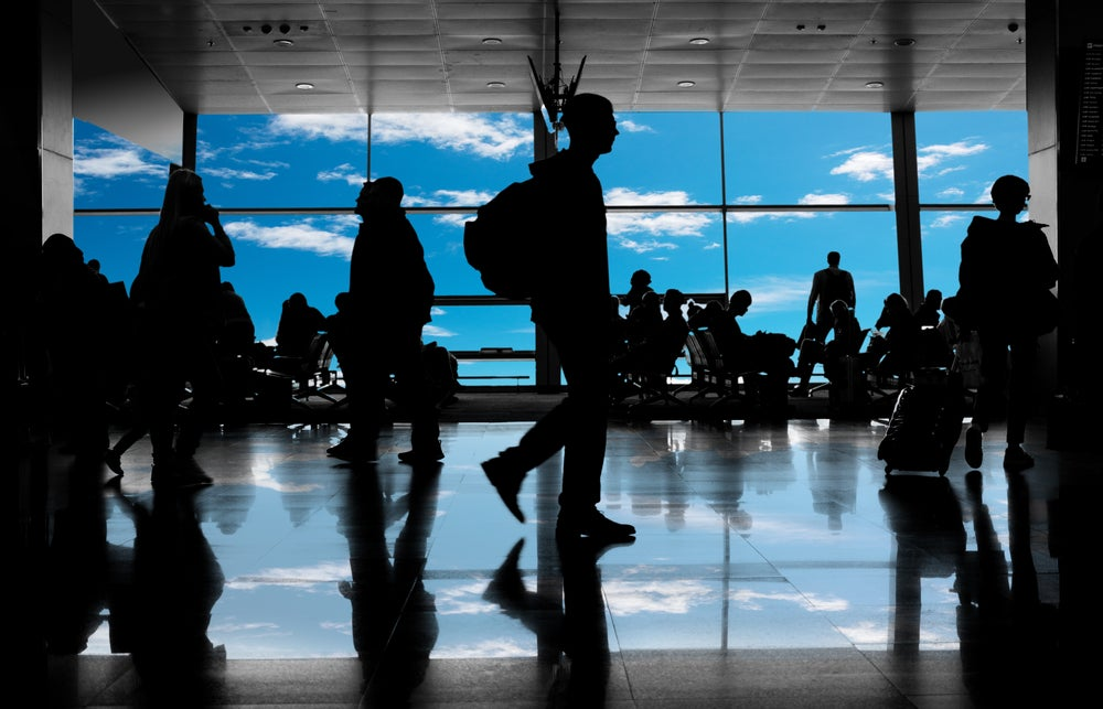 siluetas pasajeros aeropuerto