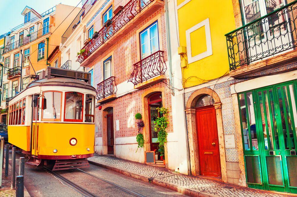 Tramvía amarillo en una calle de Lisboa, Portugal