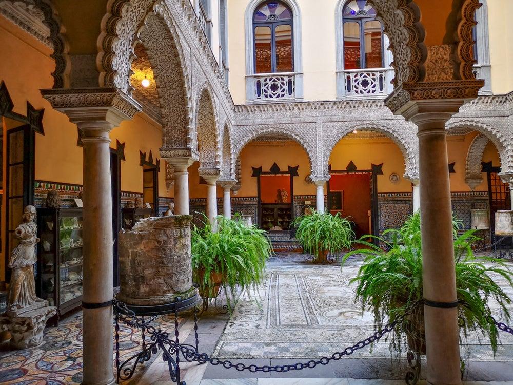 Patio interior con mosaicos y arcos del Palacio de la Condesa de Lebrija, un impresdindible que ver en Sevilla