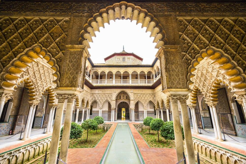 Patio de las Doncellas en el Real Alcazar, el palacio más icónico que ver en Sevilla