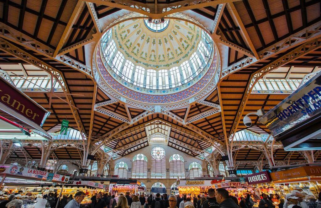 Cúpula interior, estructura de hierro y vitrales del Mercado Central de València, de estilo modernista valenciano