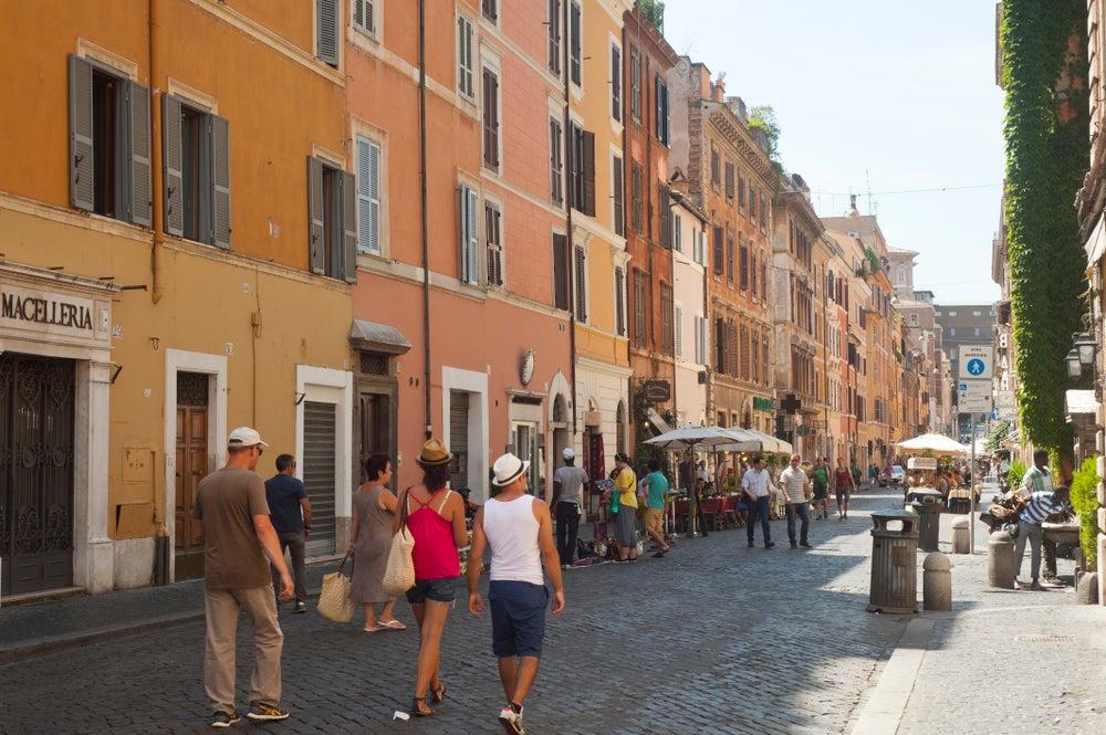 Calles con transeúntes del barrio Borgo Pio entre Roma y Ciudad del Vaticano