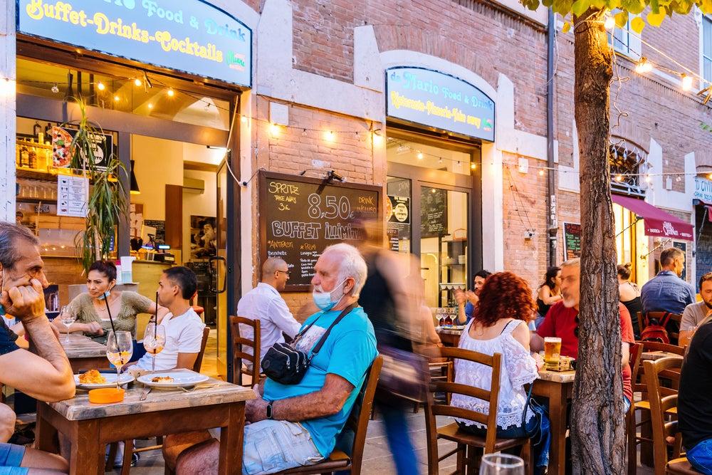 Gente en terrazas de los bares del barrio alternativo del Pigneto, de las mejores cosas que ver en Roma