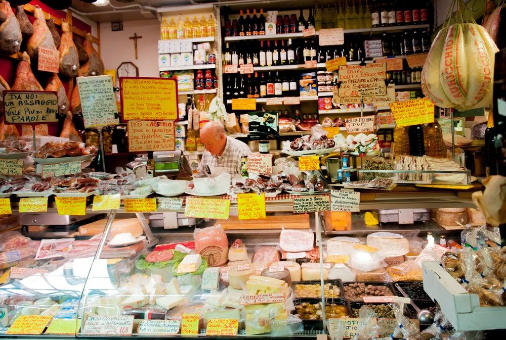 Puesto de charcutería y quesos en el Mercato Trionfale de Roma