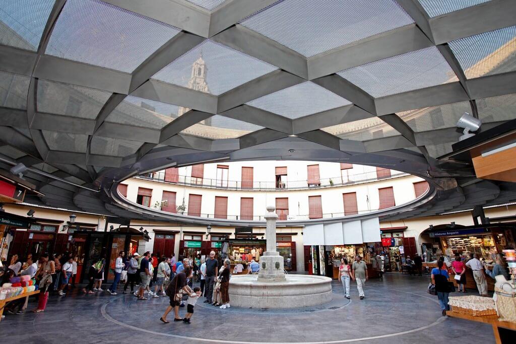 Plaza Redona en València, con puestos de productos artesanales como cestería o bordados con bolillos