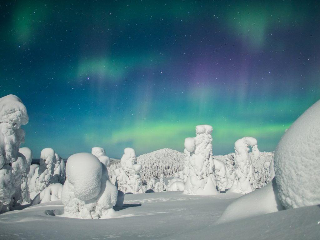 Auroras boreales surcan el cielo de la Laponia finlandesa
