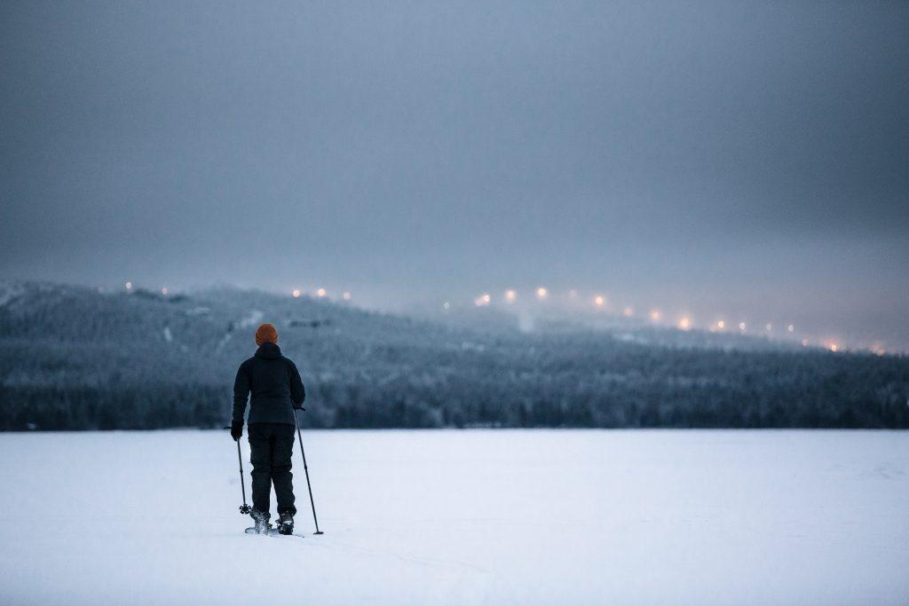 Una mujer camina por la nieve en las pistas de esquí de la Laponia finlandesa