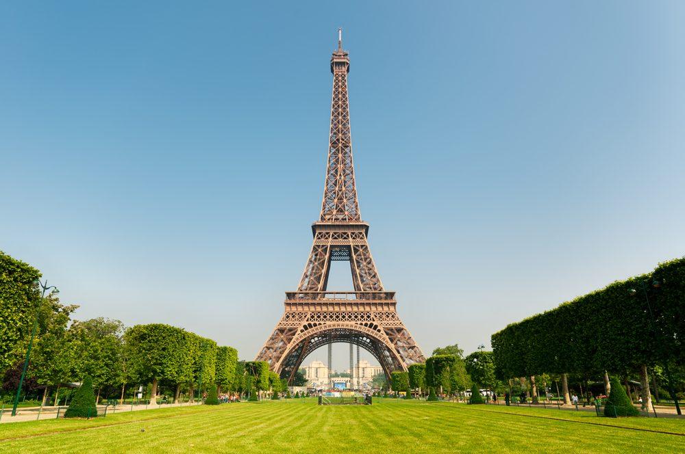Torre Eiffel en París vista desde los Campos de Marte