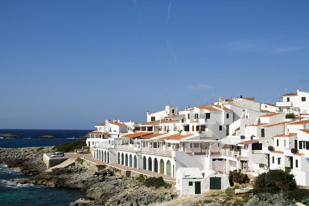 Paseo marítimo y casa blancas en Binibeca Vell o Binibèquer, Menorca, Isla Baleares