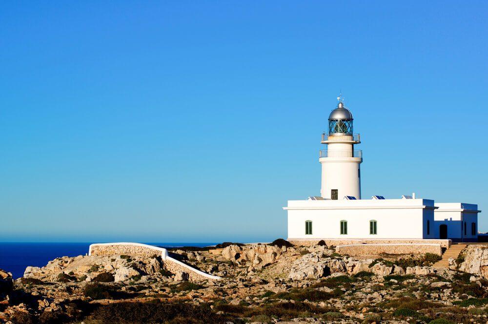 Faro de Cavalleria en el Cabo de Cavalleria al norte de Menorca, Islas Baleares