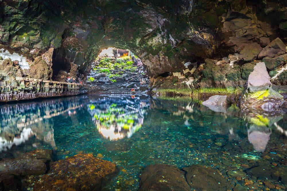 Cueva interior de los Jameos del Agua en Lanzarote, Canarias