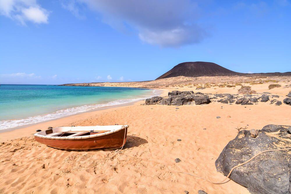 Playa con montaña al fondo en la isla de La Graciosa, Canarias