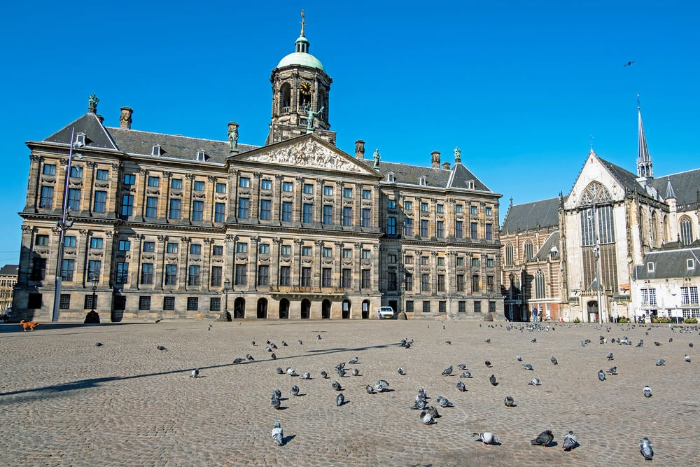 Plaza Dam e Iglesia Nueva en el centro de Ámsterdam, Holanda