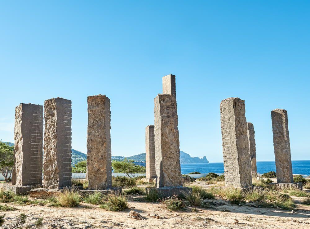 Monolitos del monumento al aire libre Time and Space del escultor Andrew Rogers en Cala Llentia, Ibiza