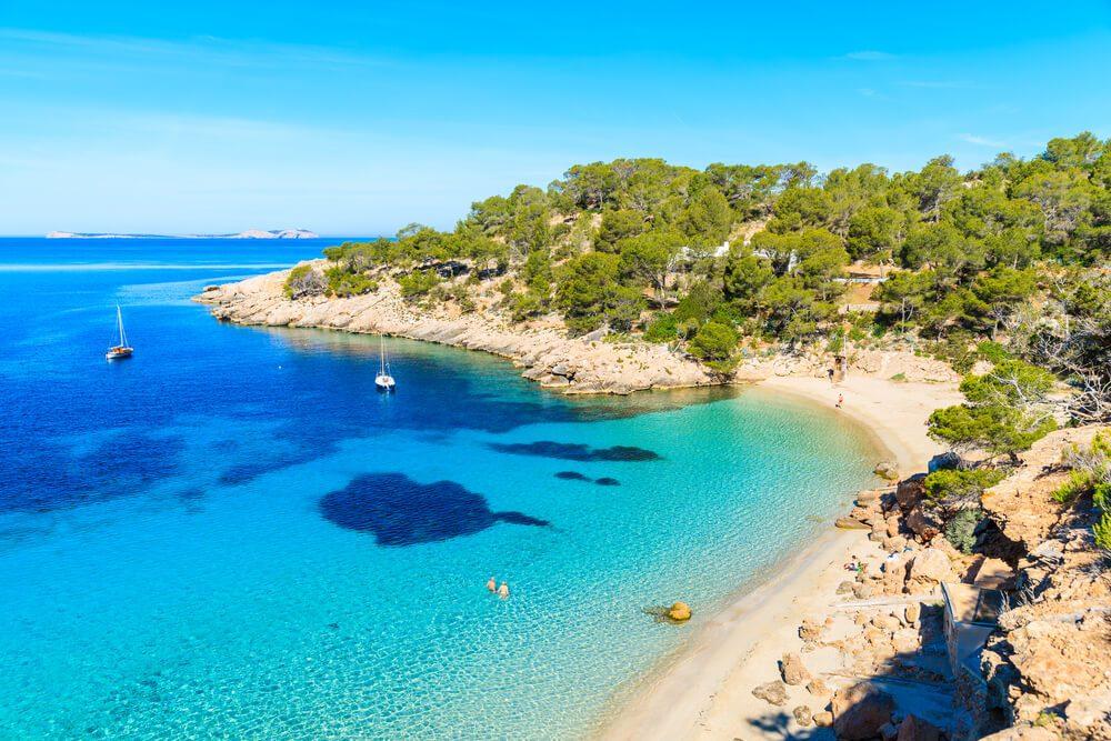 Vista aérea de la Cala Salada, en Ibiza, con dos barcos en el agua