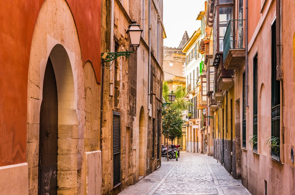 Calle estrecha del casco antiguo de Palma de Mallorca