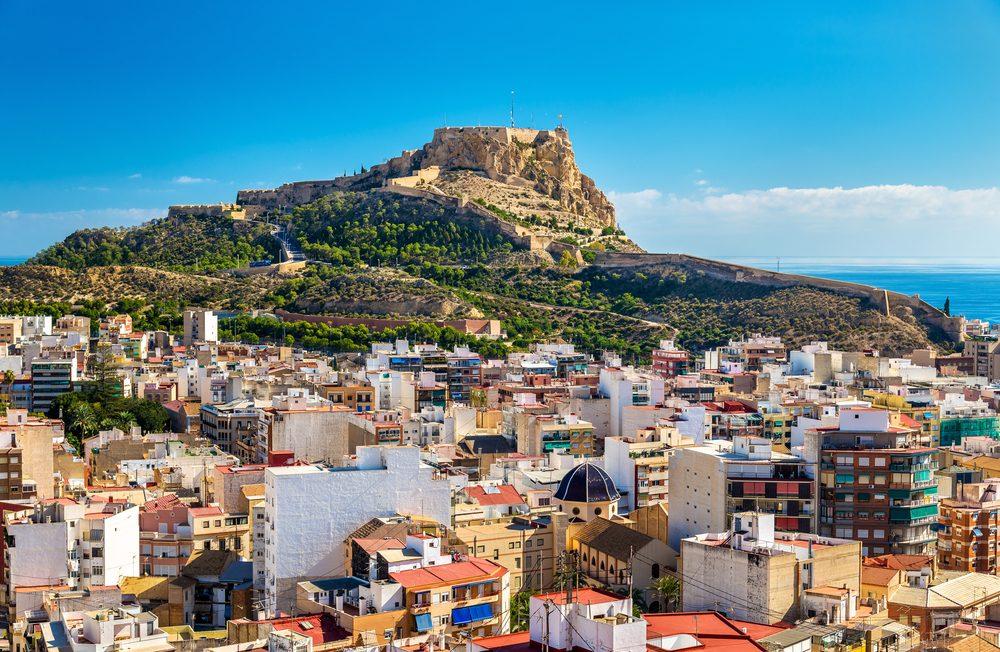 Castillo de Santa Bárbara en el Monte Benacantil sobre la ciudad de Alicante