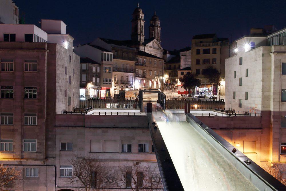 Centro de Vigo de noche con la concatedral de Santa María al fondo