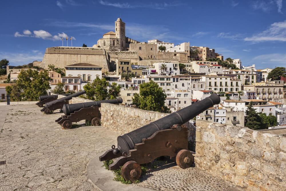 Cañones en el Castillo de Ibiza con la Catedral de Ibiza al fondo, en Dalt Vila
