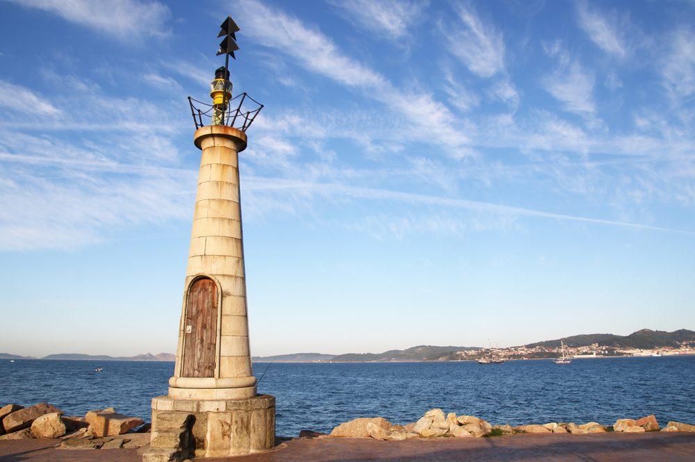 Faro en la playa del Barrio de Bouzas, de las mejores cosas que ver en Vigo