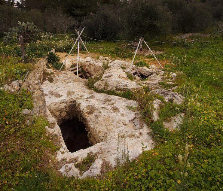 Hipogeo púnico excavado en el suelo de la necrópolis de Puig des Molins en Ibiza, Islas Baleares