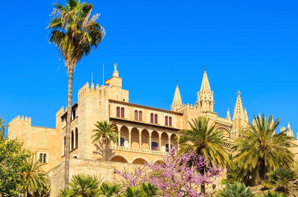 Palacio de s'Almudaina con palmeras en Palma de Mallorca