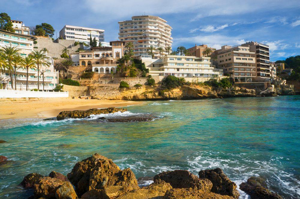 Playa urbana de Palma de Mallorca con edificios al fondo