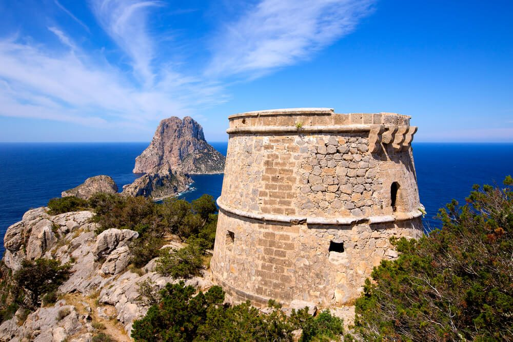 Torre des Savinar, en Sant Josep de sa Talaia con los islotes es Vedrà i es Verdradell al fondo en Ibiza