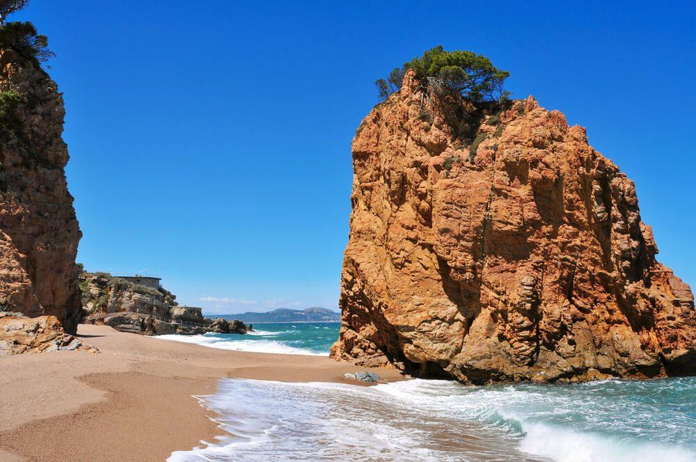 Islote rojizo de la Cala Illa Roja, una de las mejores calas de la Costa Brava situada en Begur, Girona