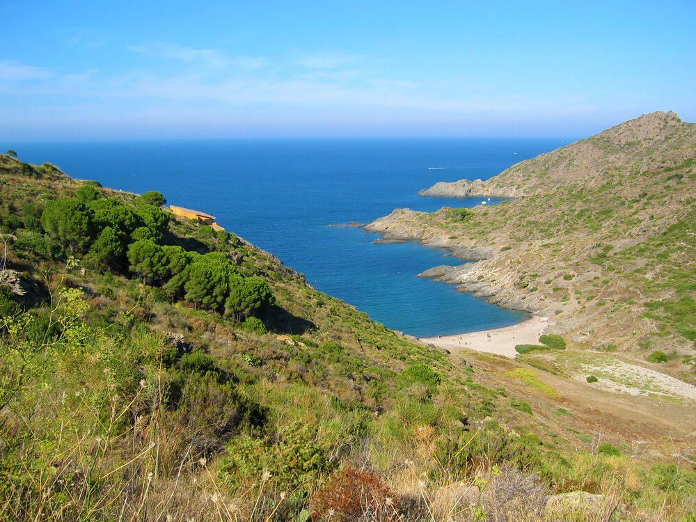 Vista desde la montaña de la Cala Tamariua en El Port de la Selva, Girona