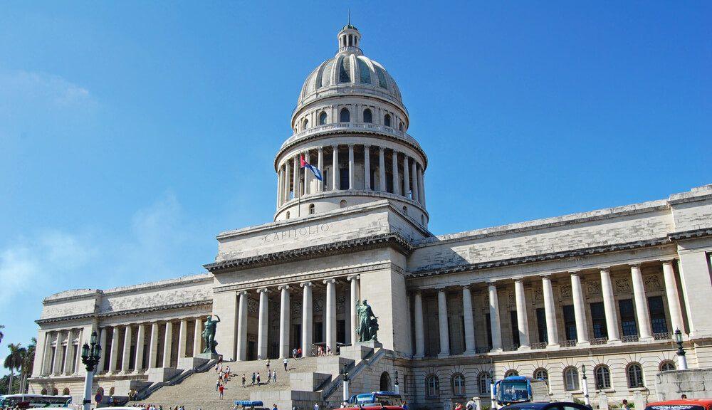 Fachada principal del Capitolio en La Habana, Cuba