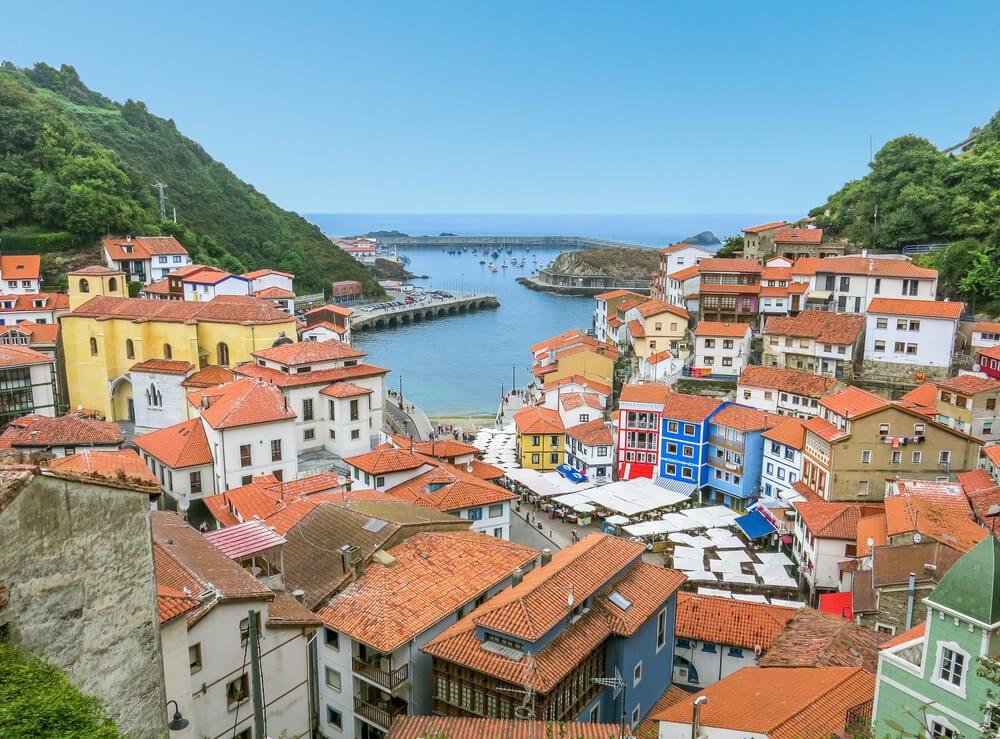 Vistas sobre los tejados de las casas y el puerto de Cudillero, Asturias