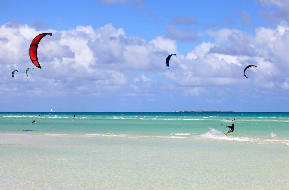 Velas de kitesurf en una playa de Cayo Guillermo, Cuba