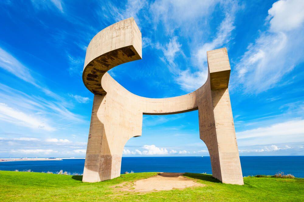 Monumento de hormigón Elogio del Horizonte de Eduardo Chillida en Gijón, Asturias