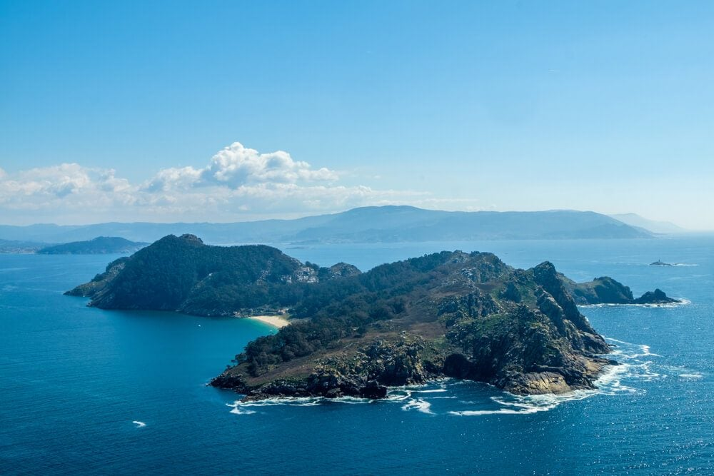 Vista aérea de las Islas Cíes, en el Parque Nacional de las Islas Atlánticas frente a la ría de Vigo, Galicia