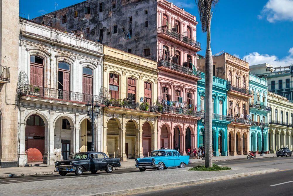 Edificios coloniales de colores en La Habana Vieja, Cuba