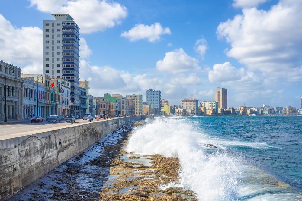 Olas del mar a punto de chocar contra el muro del Malecón Habanero en Cuba